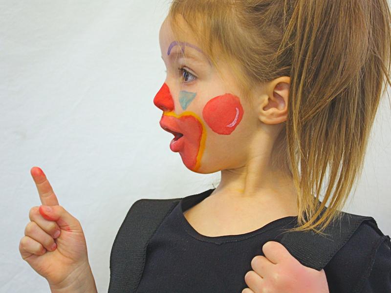 portrait d'une fillette déguisée en clown ce printemps durant un séjour de vacances