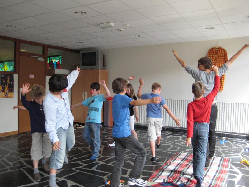 groupe d'enfants faisant du théâtre en colonie de vacaces