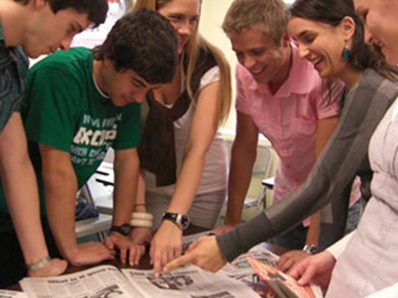 Groupe d'adolescents et leur professeur d'anglais en séjour linguistique à Londres