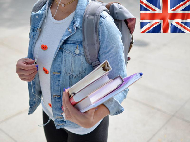 Jeune étudiante portant des livres pour apprendre l'anglais