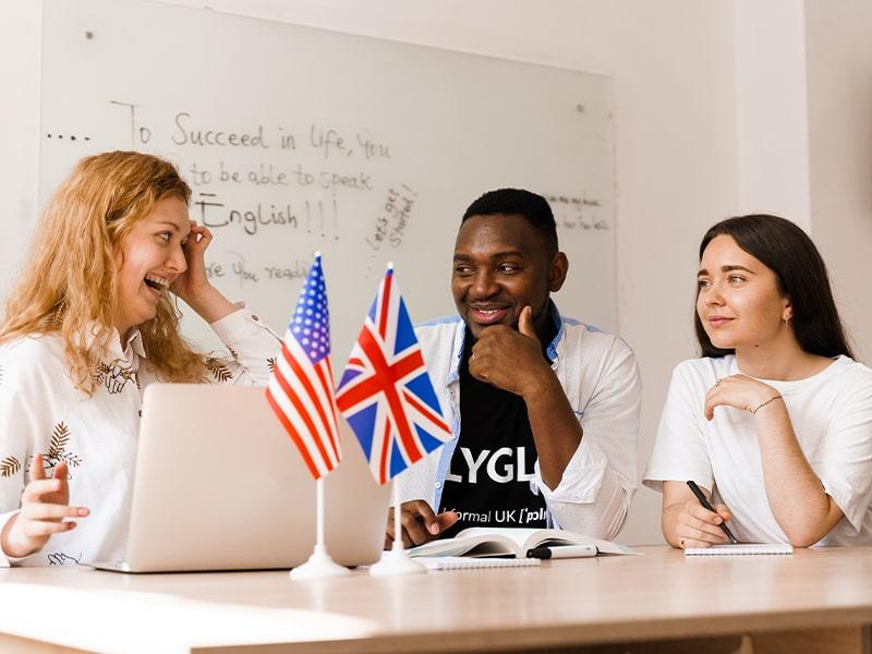 Jeunes ados qui sont en cours d'anglais à Londres lors d'une colo de vacances au printemps