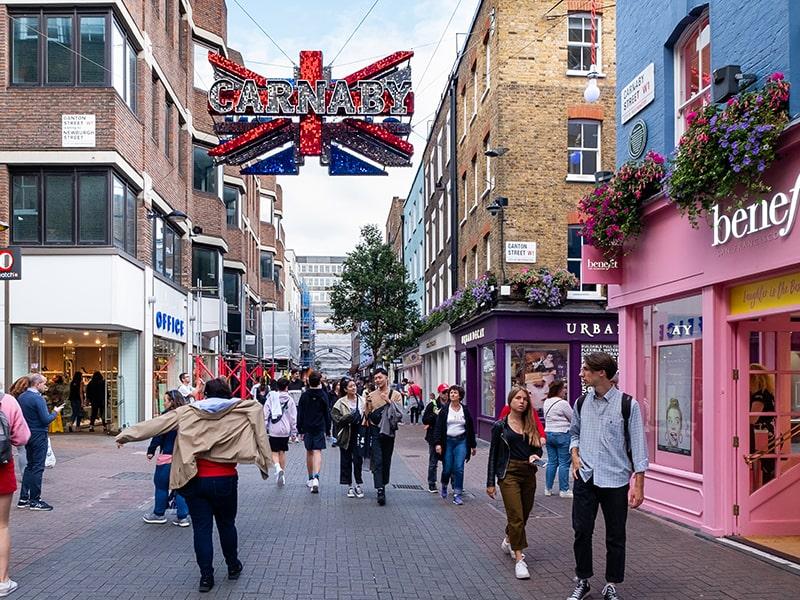 Shopping dans une rue de Londres lors d'une colonie de vacances où tu pourras apprendre l'anglais