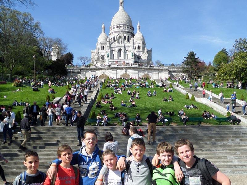 Groupe d'enfants en colo à Paris visitant le sacré coeur