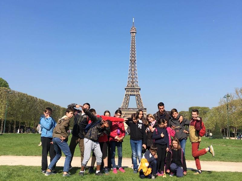 Enfants devant la tour eiffel au printemps en colo