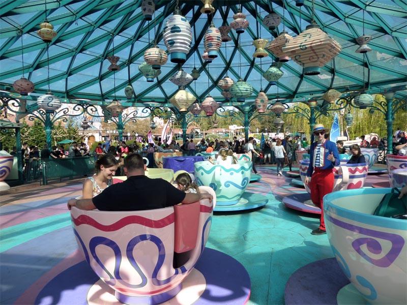 Attraction Alice au pays des merveilles à Disneyland en colonie de vacances ce printemps