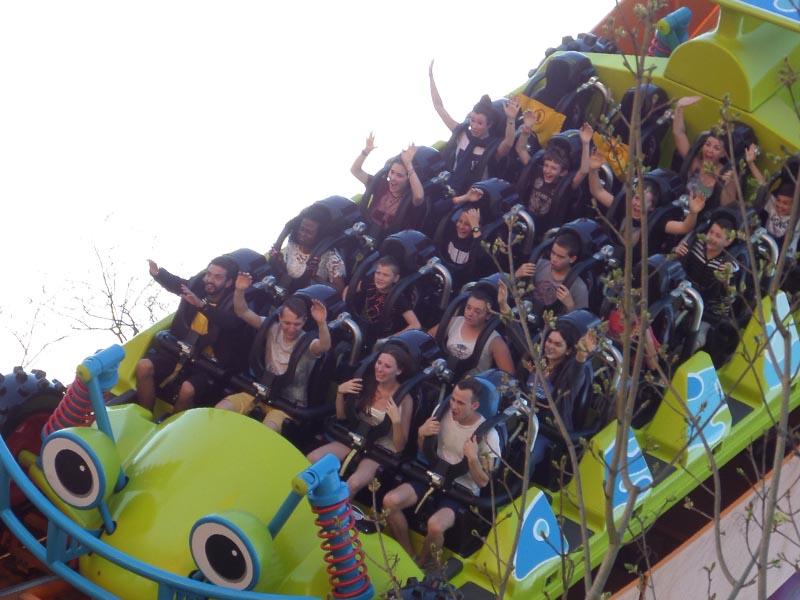 groupe d'enfants et ados dans une attraction du parc astérix