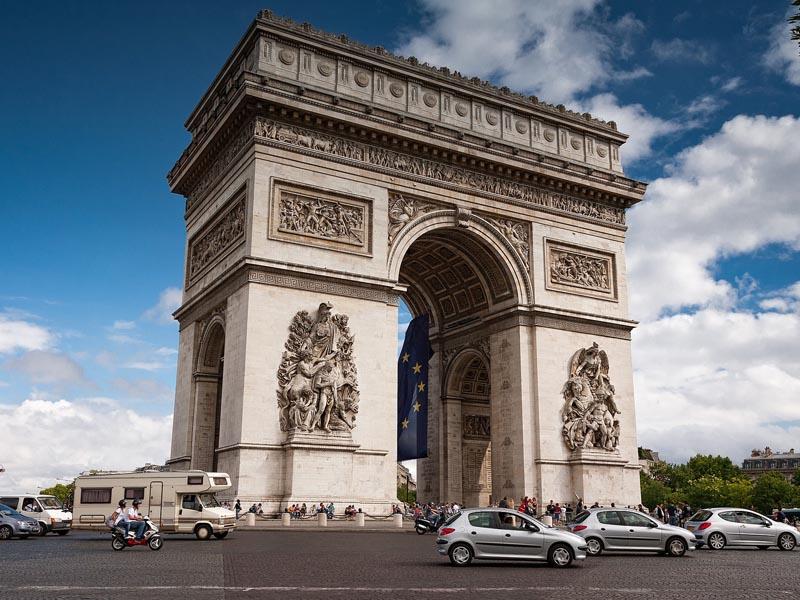 Arc de triomphe vu en colonie de vacances à Paris au printemps