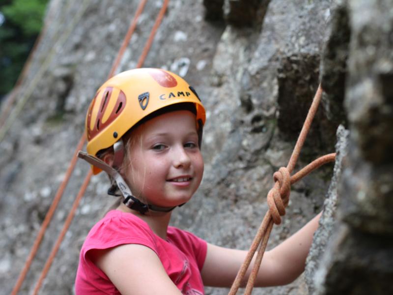 portrait d'une fillette faisant de l'escalade en colo
