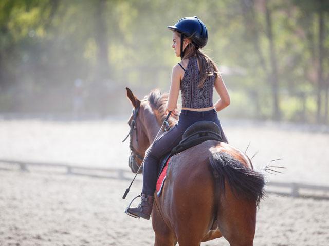 Ado en balade avec son cheval