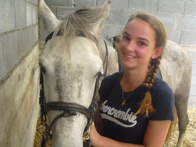 Adolescente et son cheval en colo