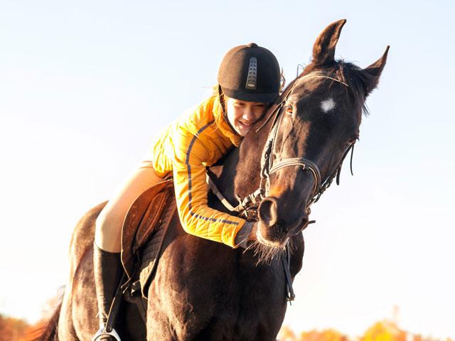 Fillette sur son cheval en stage sportif à Yssingeaux