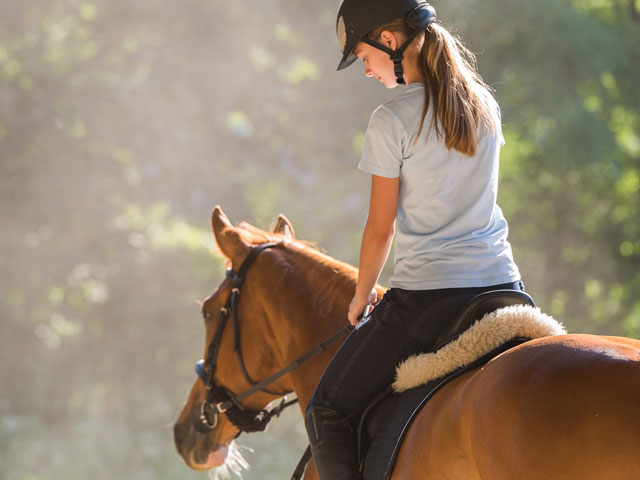 Adolescente et son cheval en colonie de vacances