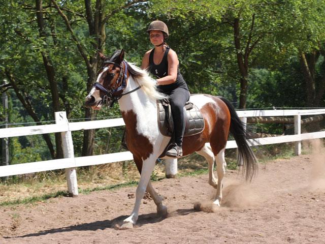 Ado en balade à cheval en stage sportif