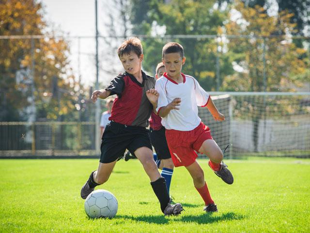 Enfants de 13 ans jouant au football