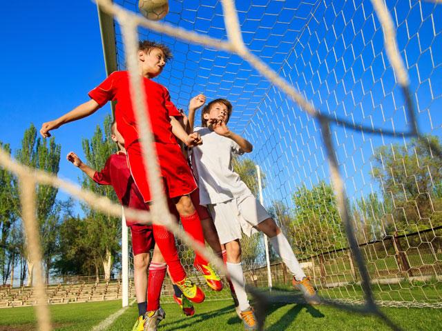 Groupe d'enfants faisant un partie de football