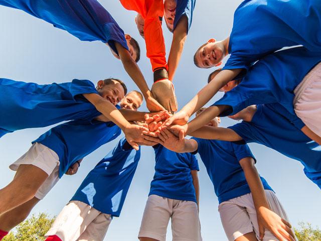 Equipe d'enfants jouant au football en colo