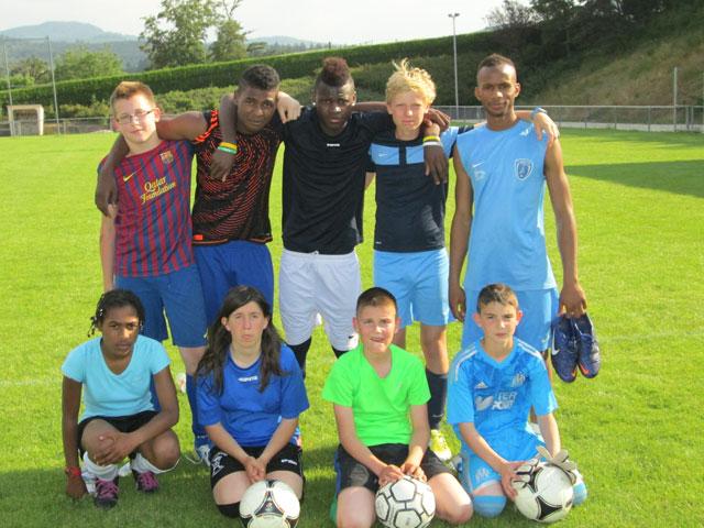 Enfants pratiquant le football à haut niveau en stage sportif