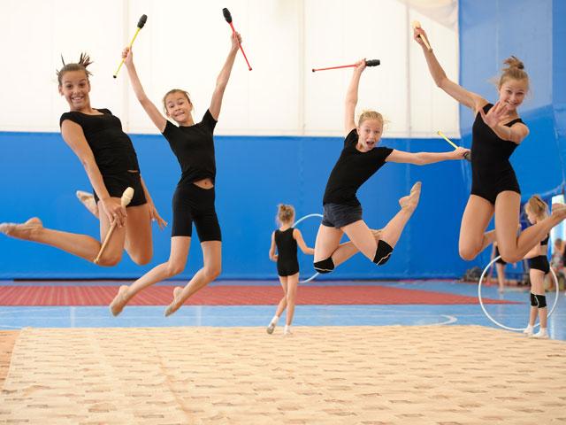 Groupe d'ados faisant de la gymnastique artistique