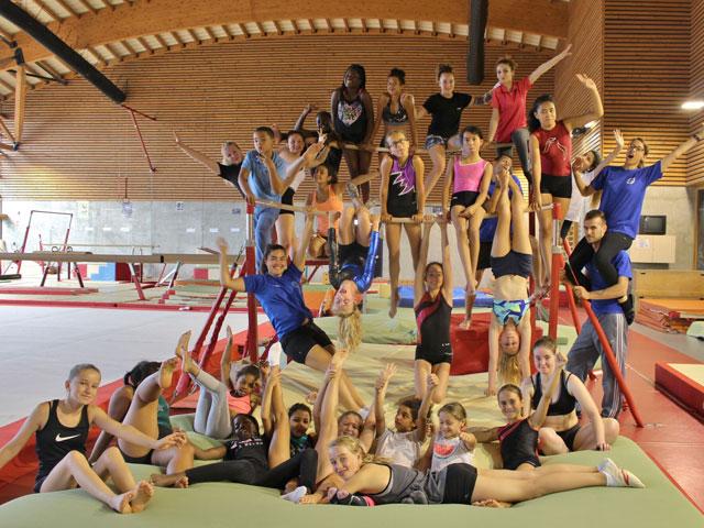 Groupe d'adolescents et enfants en stage sportif de gymnastique
