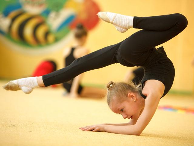 Jeune fille faisant de la gymnastique en stage sportif