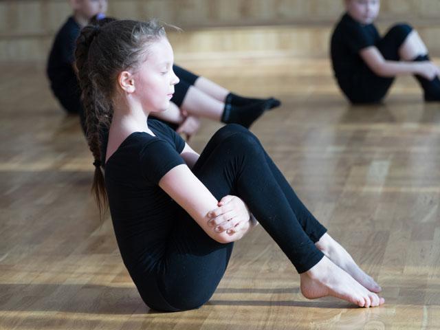 Jeune gymnaste en stage sportif de gymnastique