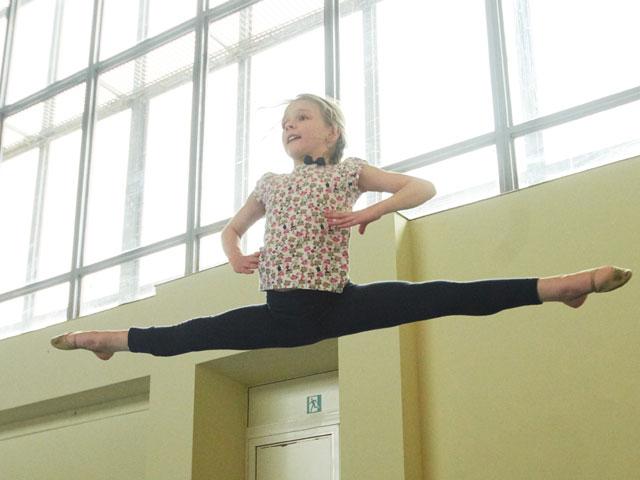 Fille de 9 ans faisant de la gymnastique à haut niveau