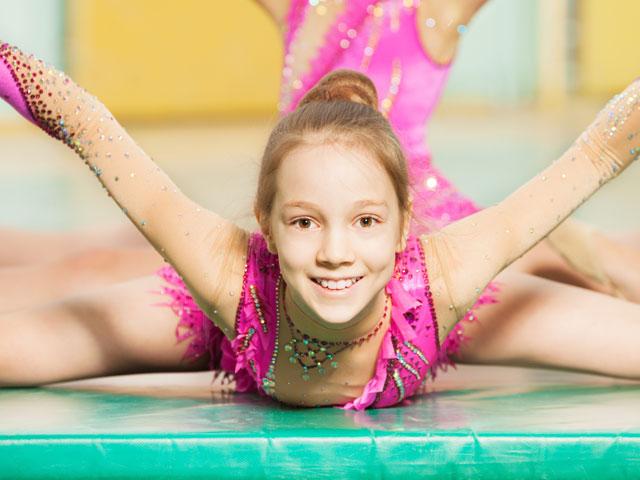 Enfant faisant de la gymnastique