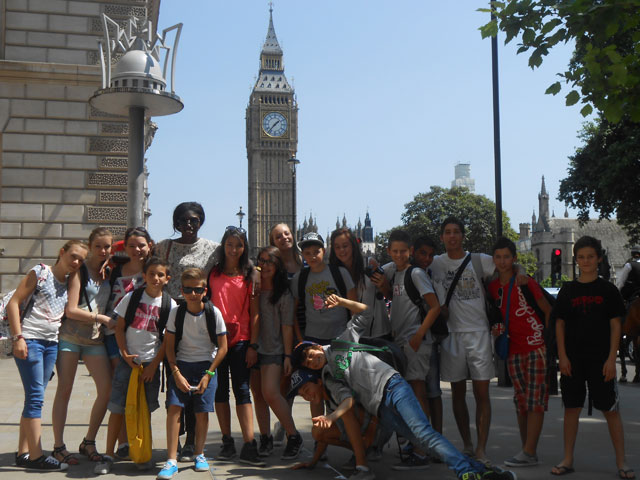 Groupe d'adolescents en colonie de vacances à Londres