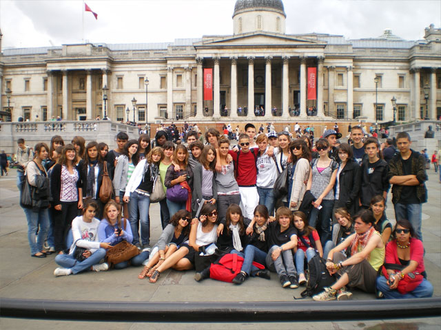 Groupe d'adolescents devant le National Gallery à Londres