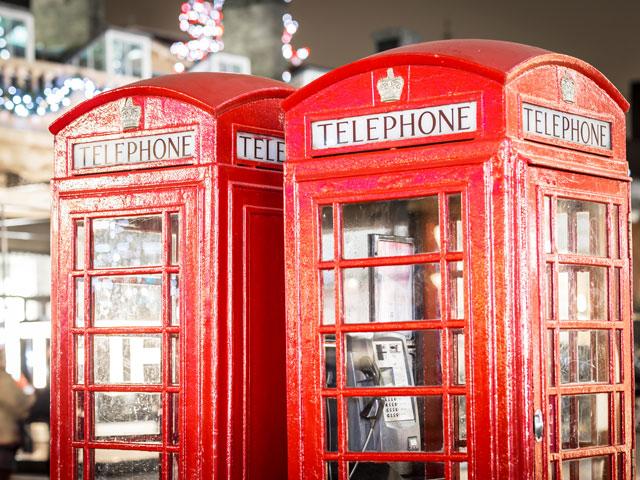 Souvenirs typiquement londoniens de cabines téléphoniques rouges