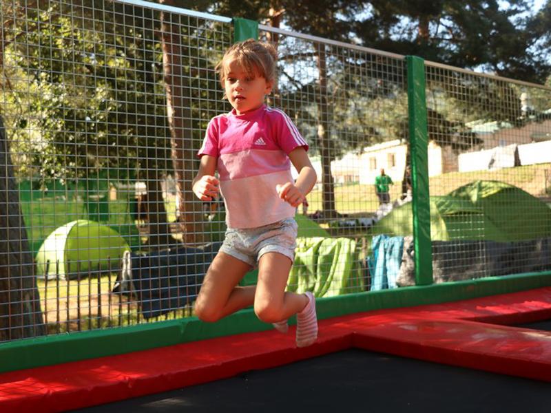 Enfants faisant du trampoline en colonie de vacances