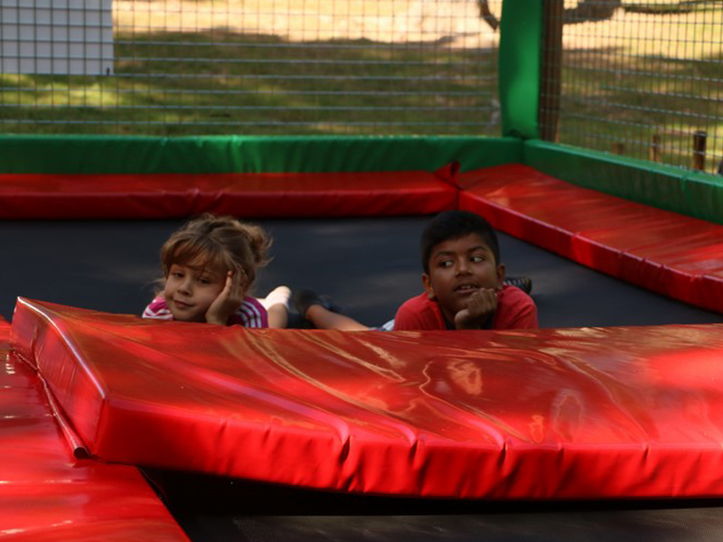 Enfants en colo sur un trampoline