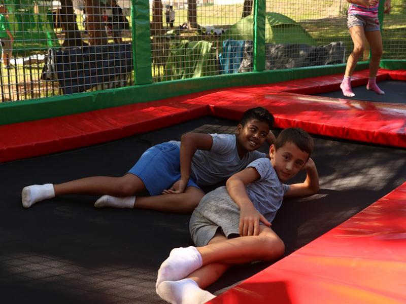 Enfants sur un trampoline en colonie de vacances