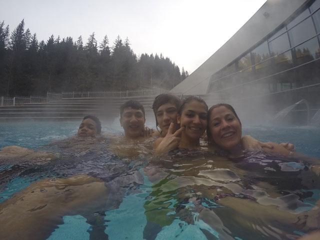 Groupe d'ados se baignant à Aquamotion à Courchevel en colonie de vacances