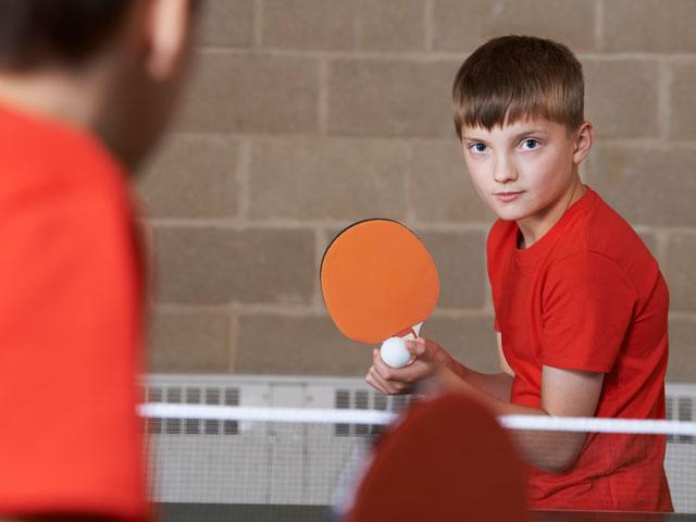 Enfant pratiquant le ping pong