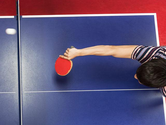 Jouer au ping pong en colonie de vacances