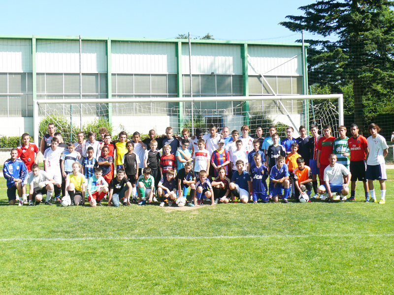 Groupe d'enfants en stage de football