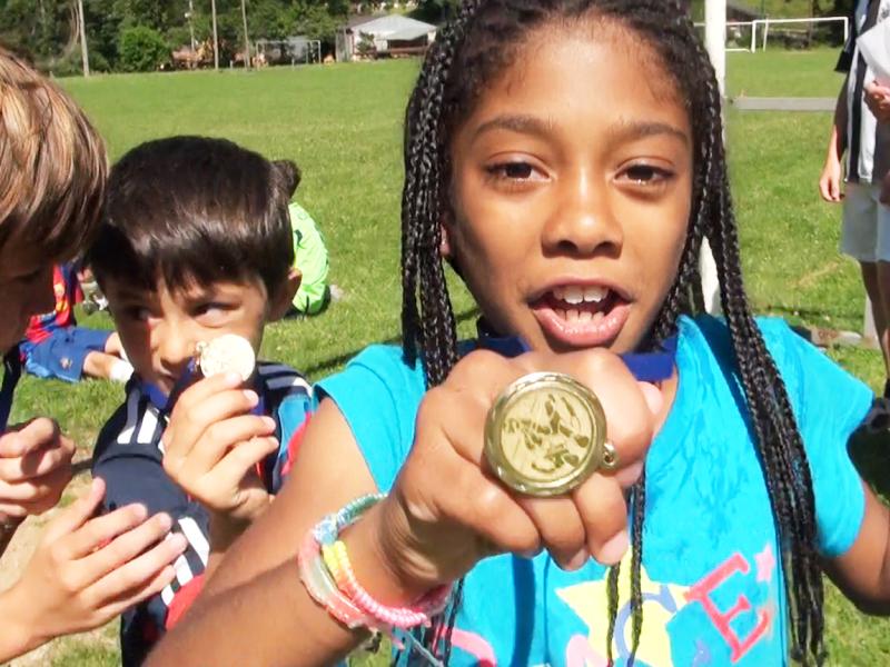 Enfant avec une médaille de sport
