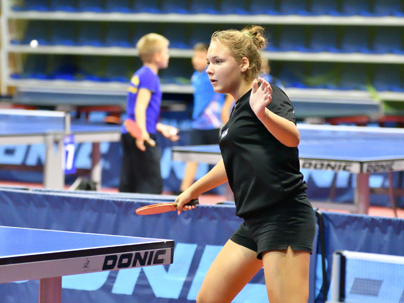 Adolescente pratiquant le tennis de table durant un stage sportif