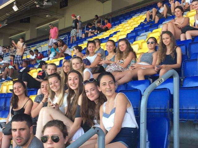 Groupe d'adolescents au stade de Camp Nou en Espagne