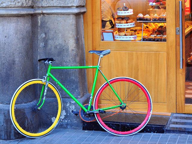 Vue sur un vélo dans une rue de Barcelone