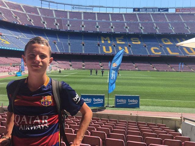 Adolescent visitant le Camp Nou à Barcelone