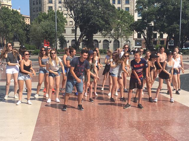 Groupe d'ados dansant à Barcelone en colo