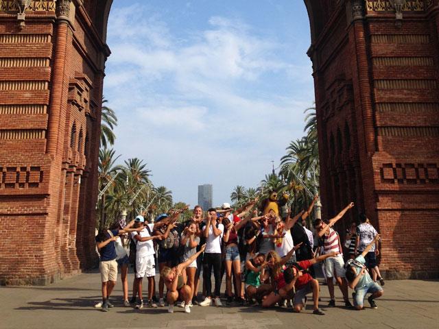 Groupe d'ados posant sous l'arc de triomphe de Barcelone en colonie de vacances