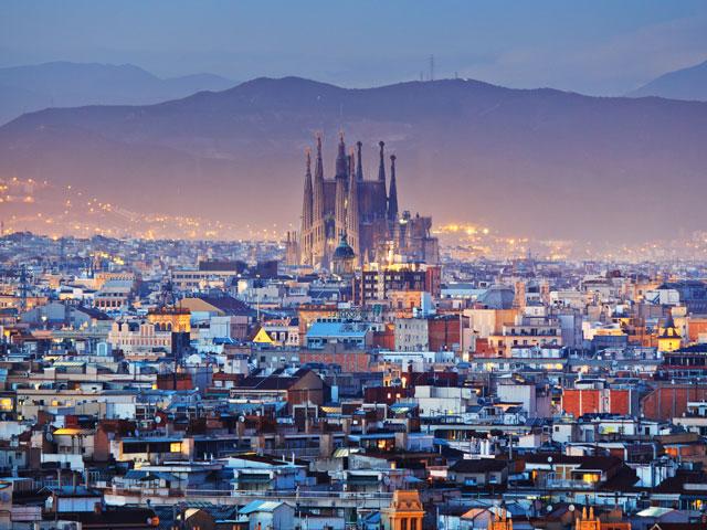 Vue de nuit sur Barcelone et la Sagrada familia
