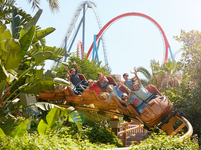 Groupe d'adolescents sur une attraction de Port Aventura en colo