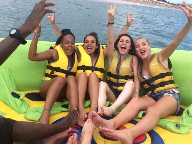 Adolescentes sur une bouée en Espagne