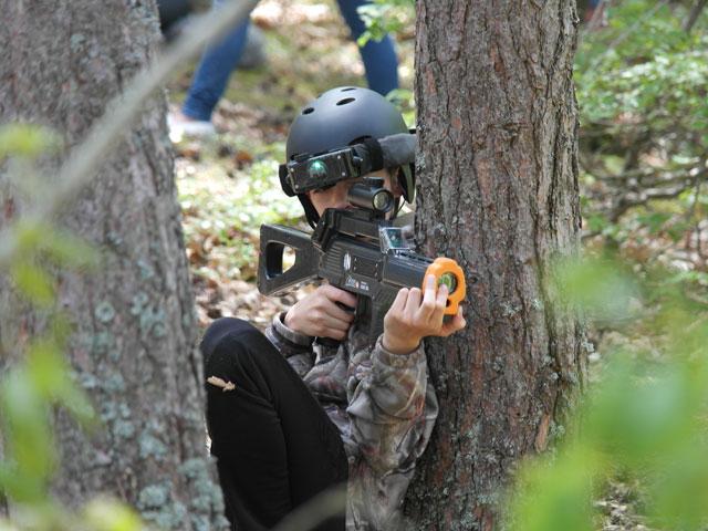 enfant pratiquant le tir laser en colonie de vacances