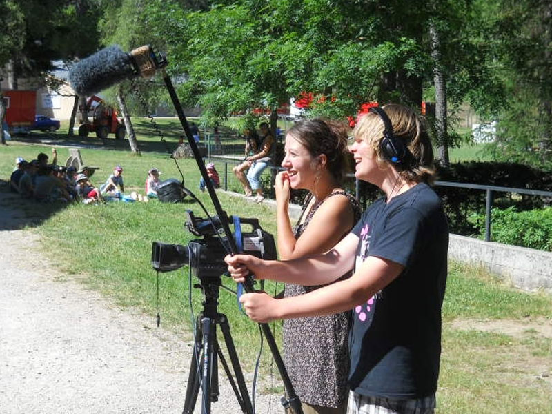 adolescents filmant une scène durant la colonie de vacances cinéma