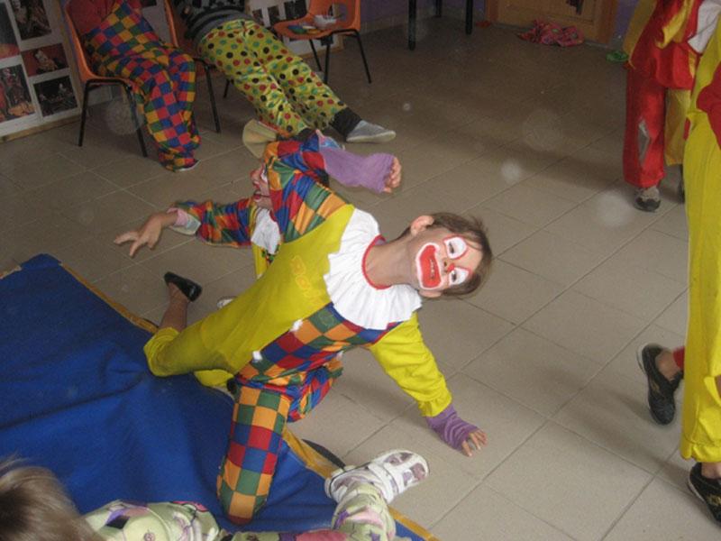 Enfant déguisé en clown cet été en colonie de vacances cirque